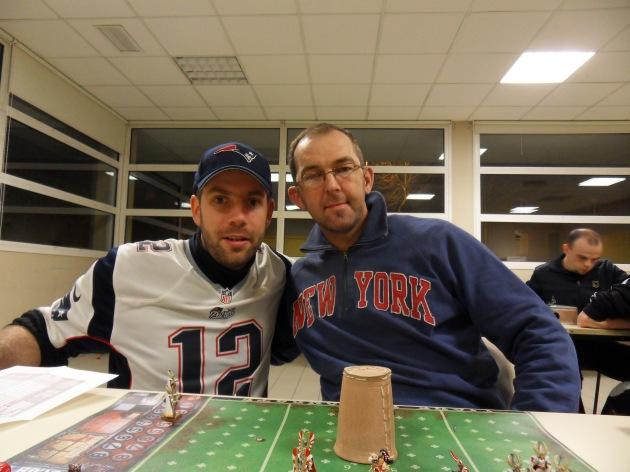 Le Commissaire Castor (à gauche) qui apporte son soutien officiel aux Patriots du coach Joh.